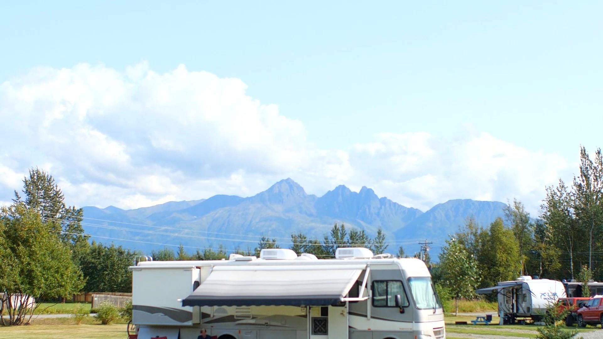 RV-with-Mountain-View